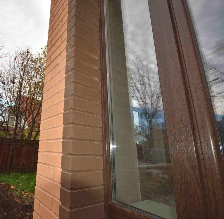 Заделка шва между рамой и кирпичом фасадным герметиком под цвет профиля (2).jpg