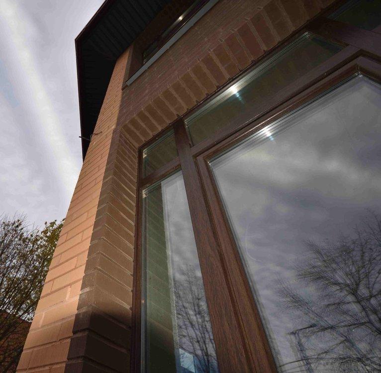 Заделка шва между рамой и кирпичом фасадным герметиком под цвет профиля (3).jpg