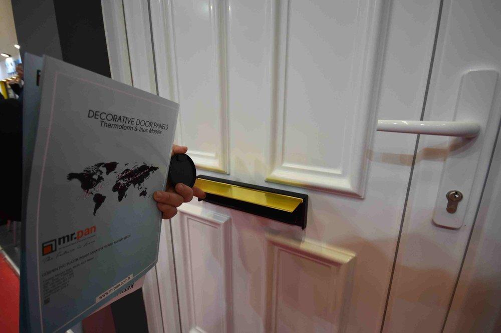 Почтовый ящик в двери.jpg