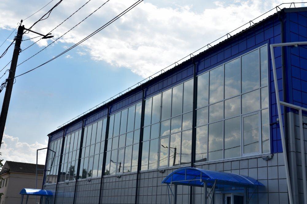 ФОК Кировск  июль 21 общий вид большого витража 5 на 40 м (1).jpg